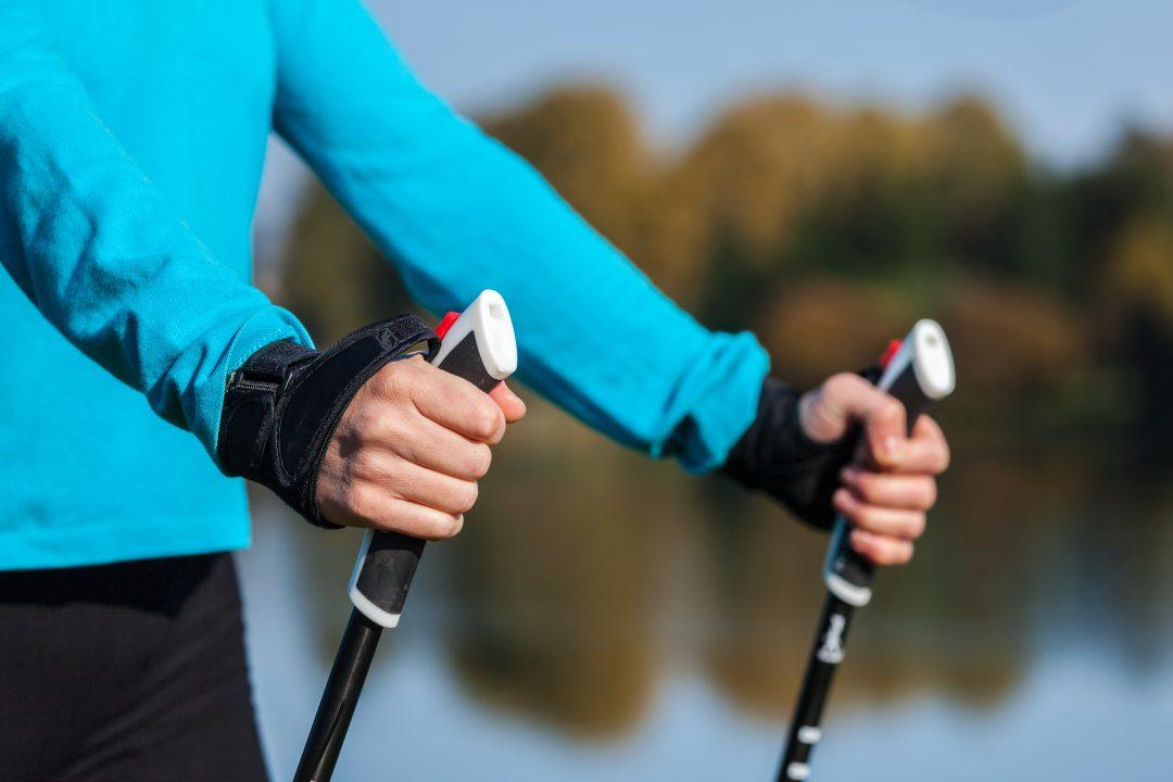 Les bâtons permettent la propulsion lors de l'entrainement de marche nordique